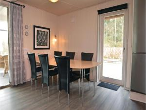 Three-Bedroom Holiday home with a Fireplace in Blåvand, Case vacanze  Blåvand - big - 14