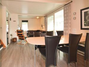 Three-Bedroom Holiday home with a Fireplace in Blåvand, Case vacanze  Blåvand - big - 2