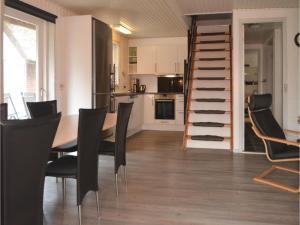 Three-Bedroom Holiday home with a Fireplace in Blåvand, Case vacanze  Blåvand - big - 13
