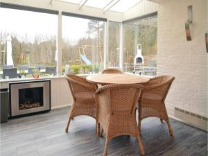 Three-Bedroom Holiday home with a Fireplace in Blåvand, Case vacanze  Blåvand - big - 10