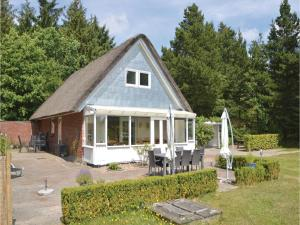 Three-Bedroom Holiday home with a Fireplace in Blåvand, Case vacanze  Blåvand - big - 32