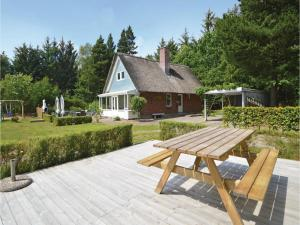 Three-Bedroom Holiday home with a Fireplace in Blåvand, Case vacanze  Blåvand - big - 29