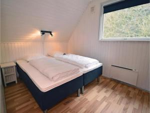 Three-Bedroom Holiday home with a Fireplace in Blåvand, Case vacanze  Blåvand - big - 6