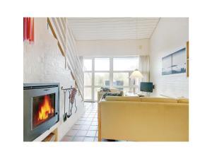 Three-Bedroom Holiday home Blåvand with a Fireplace 06, Nyaralók  Blåvand - big - 8