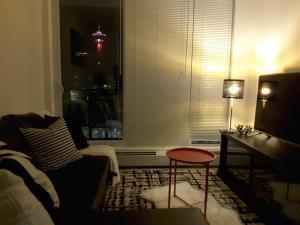 Fully Equipped Two Bedroom Condo in N3, Apartmanok  Calgary - big - 1