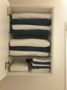 Fully Equipped Two Bedroom Condo in N3, Apartmanok  Calgary - big - 22