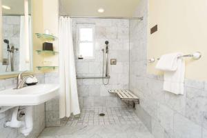 Single Room with Roll-in Shower - Disability Access/Non-Smoking