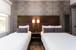Room with One Double and One Single Bed - Non-Smoking