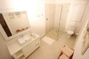 Pokój dwuosobowy typu Standard z 1 lub 2 łóżkami i bocznym widokiem na morze