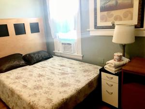 Budget Queen Room with Shared Bathroom