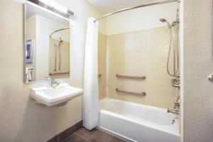 Queen Studio Suite with Bath Tub - Disability Access/Non-Smoking