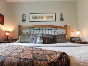 Sunnyside Heritage Home, Guest houses  Calgary - big - 24