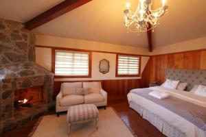 Junior Suite- Chimney Mountain Suite