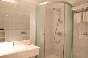 Hotel Maxim, Отели  Орадя - big - 11