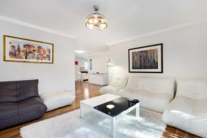 Castle Hill Modern Two Bedroom Apartment (34MER)