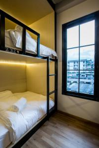 Bed in 4-Bed Mixed Dormitory Room with Window