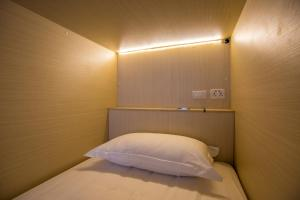 Bed in 6-Bed Mixed Dormitory Room with Window