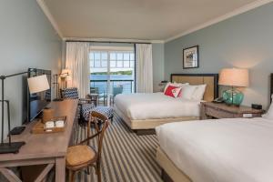 Zimmer mit 2 Queensize-Betten und Balkon am Meer