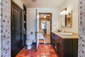 Wine Country Farmhouse, Apartmány  Fredericksburg - big - 50