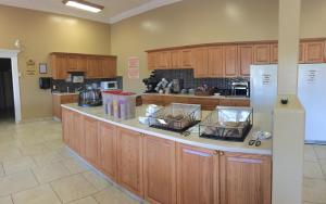 New Imperial Suites, Motels  Whitecourt - big - 30