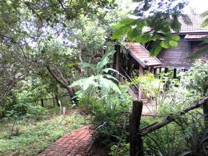 Nature House, Комплексы для отдыха с коттеджами/бунгало  Banlung - big - 33