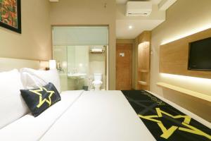 Yellow Star Gejayan Hotel, Hotels  Yogyakarta - big - 13