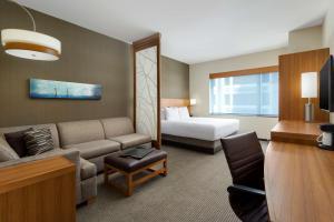 Værelse med kingsize-seng, sovesofa og udsigt