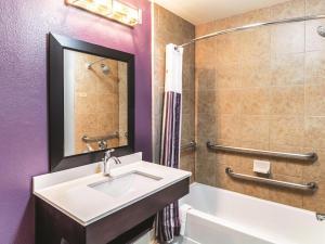La Quinta Inn & Suites Mission at West McAllen, Hotels  Mission - big - 7