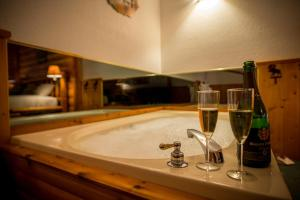 Lodge Queen Suite with Spa Bath