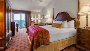 King Room with Roll-in Shower - Disability Access/Pool View
