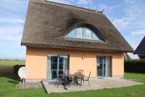 Ferienhaus Seeblick bei Dranske, Holiday homes  Lancken - big - 1