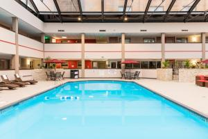 Best Western Premier Milwaukee-Brookfield Hotel & Suites, Отели  Brookfield - big - 30