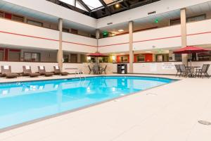 Best Western Premier Milwaukee-Brookfield Hotel & Suites, Отели  Brookfield - big - 29