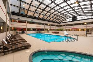 Best Western Premier Milwaukee-Brookfield Hotel & Suites, Отели  Brookfield - big - 37