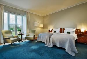 Dvoulůžkový pokoj s manželskou postelí a výhledem do zahrady
