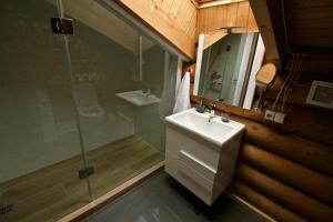 Canadian Log House, Villas  Bakuriani - big - 19