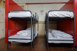 ドミトリールーム 男性用 ベッド計16台のベッド1台