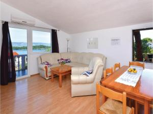 Two-Bedroom Apartment in Jelsa, Apartments  Jelsa - big - 2
