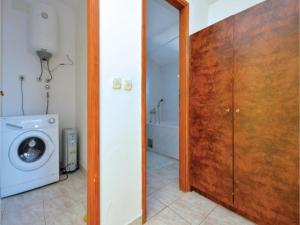 Two-Bedroom Apartment in Jelsa, Apartments  Jelsa - big - 18