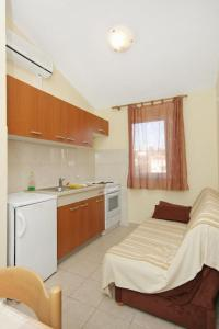 Apartment Slatine 5999c, Apartmanok  Slatine - big - 8