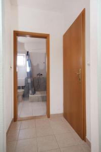 Apartment Slatine 5999b, Ferienwohnungen  Slatine - big - 2