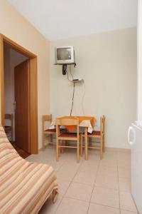 Apartment Slatine 5999a, Apartmány  Slatine - big - 2