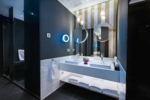 Luxury 6 Family Room