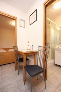 Studio Vinisce 10006a, Apartments  Vinišće - big - 5
