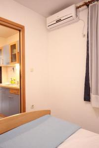 Studio Vinisce 10006a, Apartments  Vinišće - big - 4