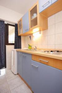 Studio Vinisce 10006a, Apartments  Vinišće - big - 2