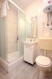 Studio Vinisce 10006a, Apartments  Vinišće - big - 9