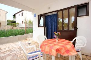 Studio Vinisce 10006a, Apartments  Vinišće - big - 8