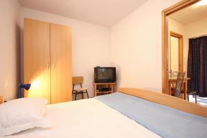 Studio Vinisce 10006a, Apartments  Vinišće - big - 6