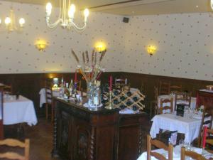 Hôtel Restaurant des Voyageurs, Hotel  Plonéour-Lanvern - big - 17